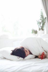 donna a letto con smartphone